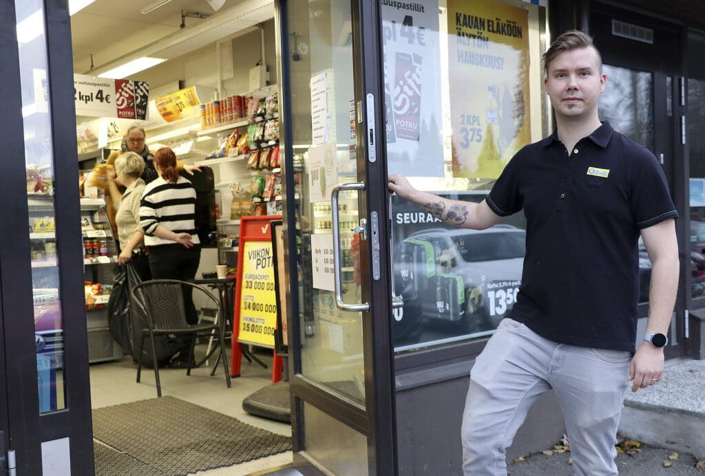 R-Kioski kauppias Jani Kuusisto, kuvaaja Minna Mäkelä