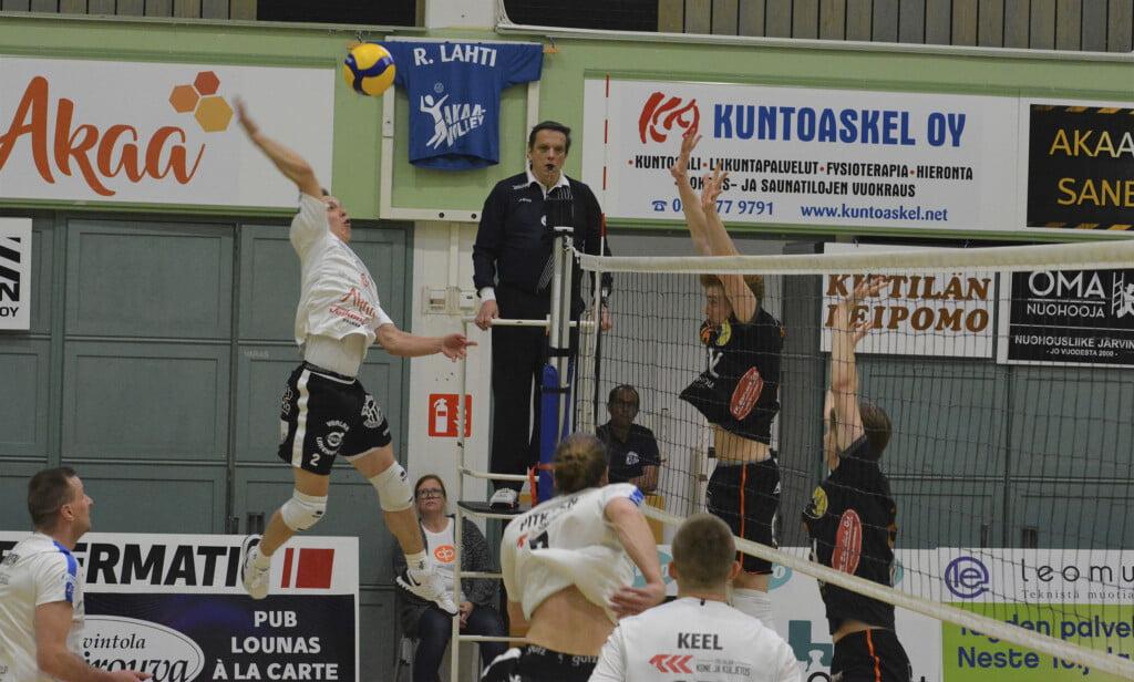 Akaa Volleyn Eetu Pennanen hyökkää ottelussa Raision Loimua vastaan.