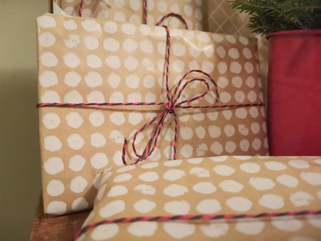 Kuvassa on kasa joulupaketteja