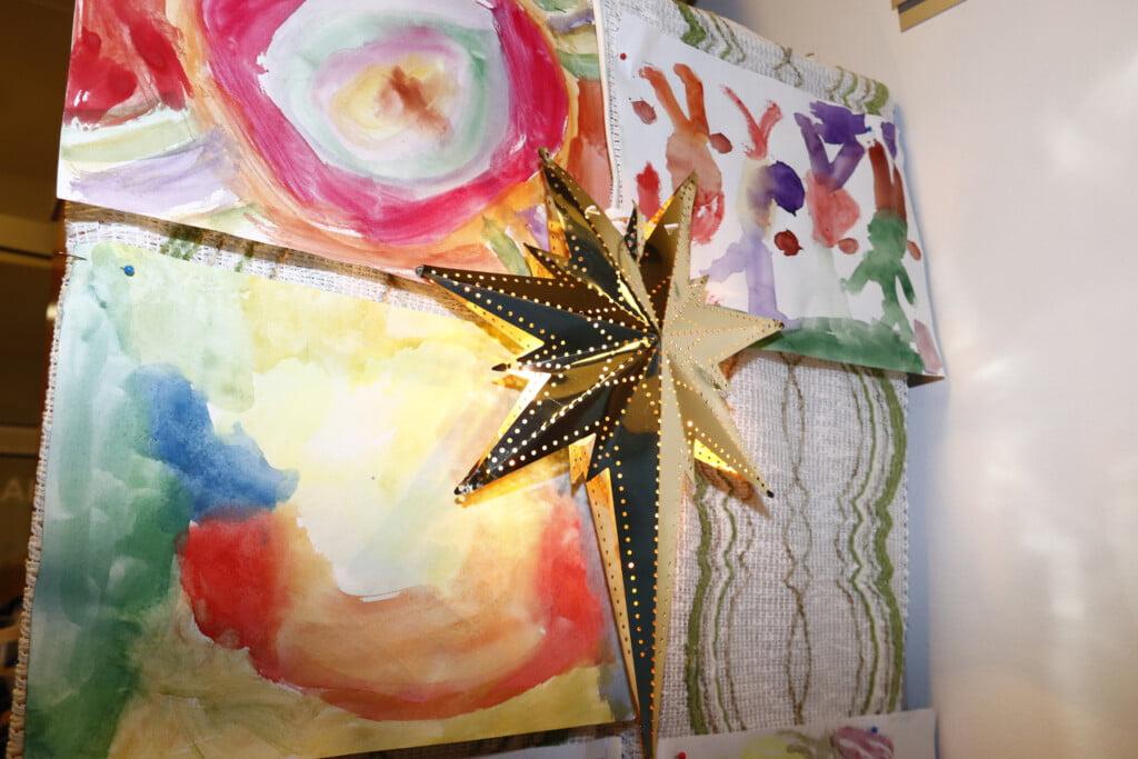 Värikkäitä vesivärimaalauksia lasten tekemänä