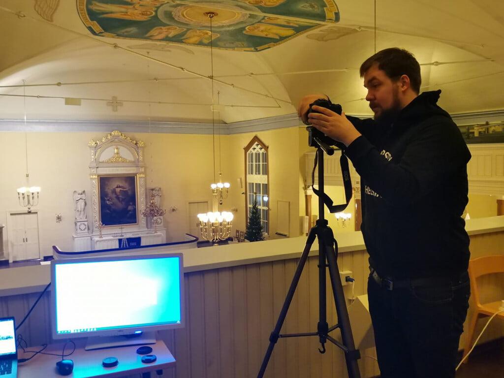 Olavi Rissanen asettaa kameraa kuntoon urkuparvella.
