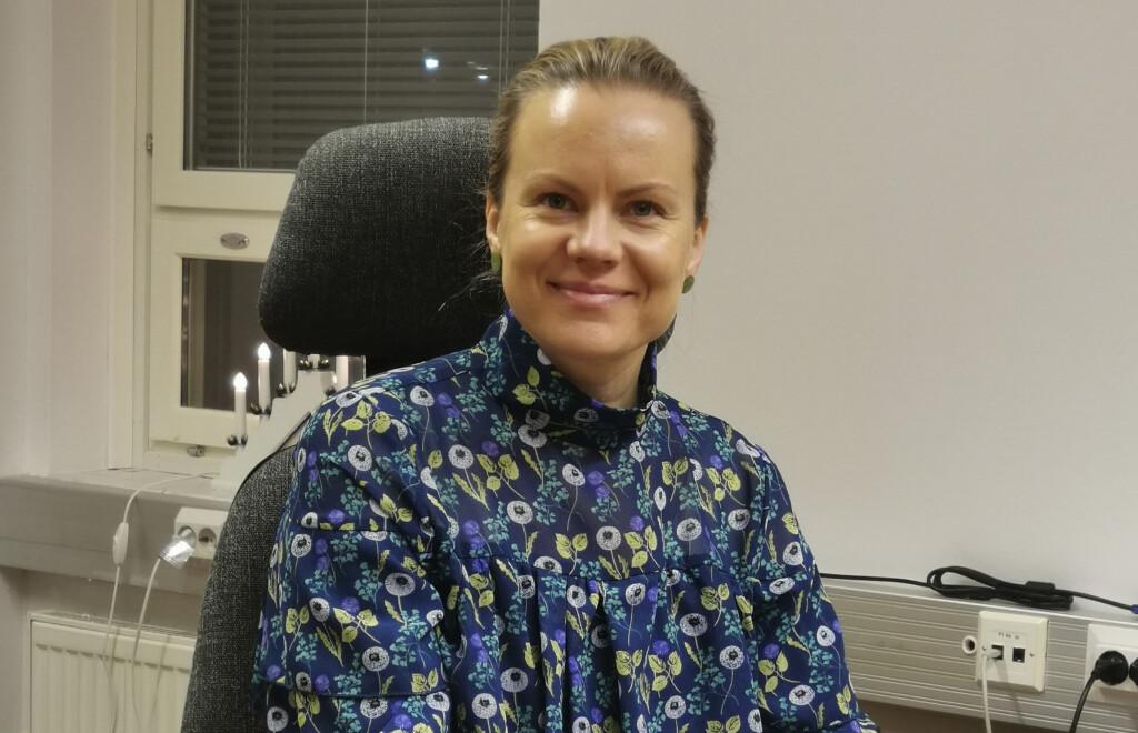 Uusi kunnanjohtaja Annu Kuusisto istahti pöytänsä taakse.
