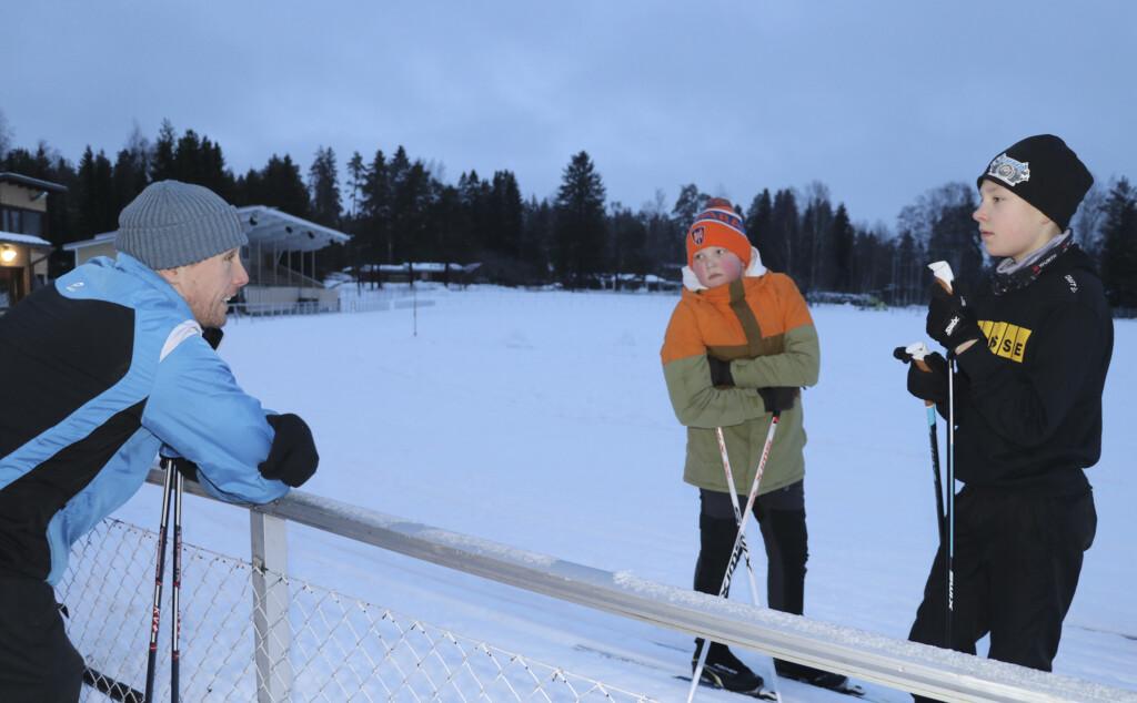 Opettaja Olli Vesakoski kertaa vielä Veeti Salmisen ja Oskari Sakalan kanssa etikettiä ennen kuin pojat pääsevät sivakoimaan.