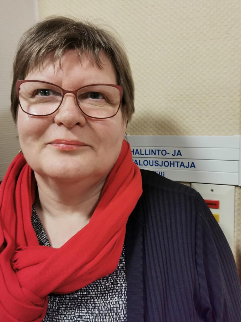 Jokikoivu-Hiukkamäki työhuoneensa ovella.