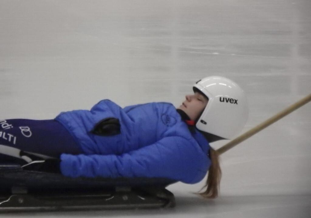 Anni Valkeinen kiitää jäähallin jäällä selällään