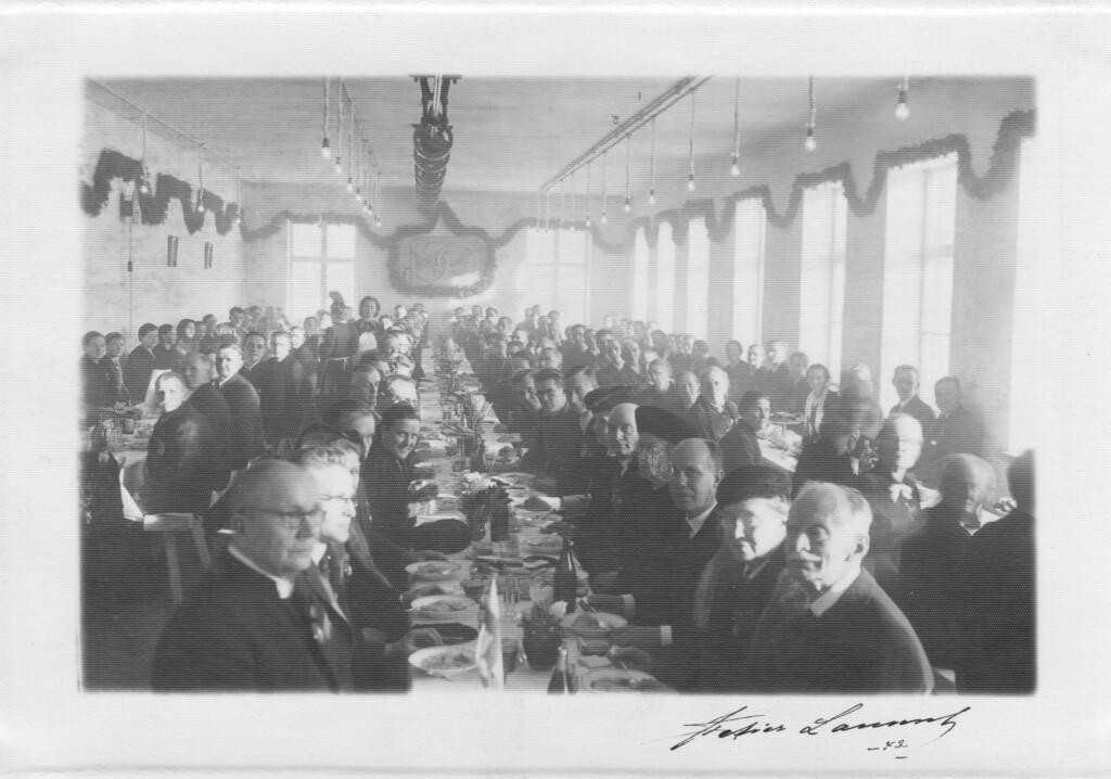 Juhlaväkeä pöydässä