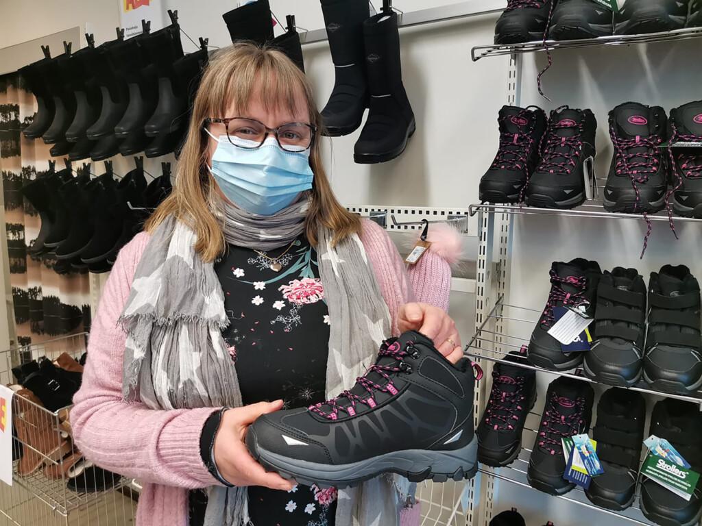 Mari Heinonen kenkäkaupassaan